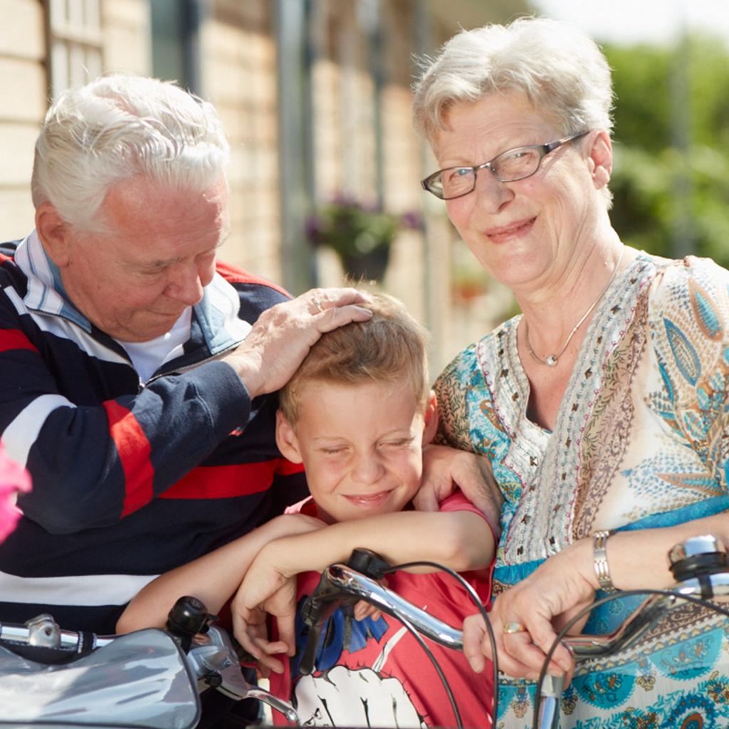 Opa en oma met kleinzoon