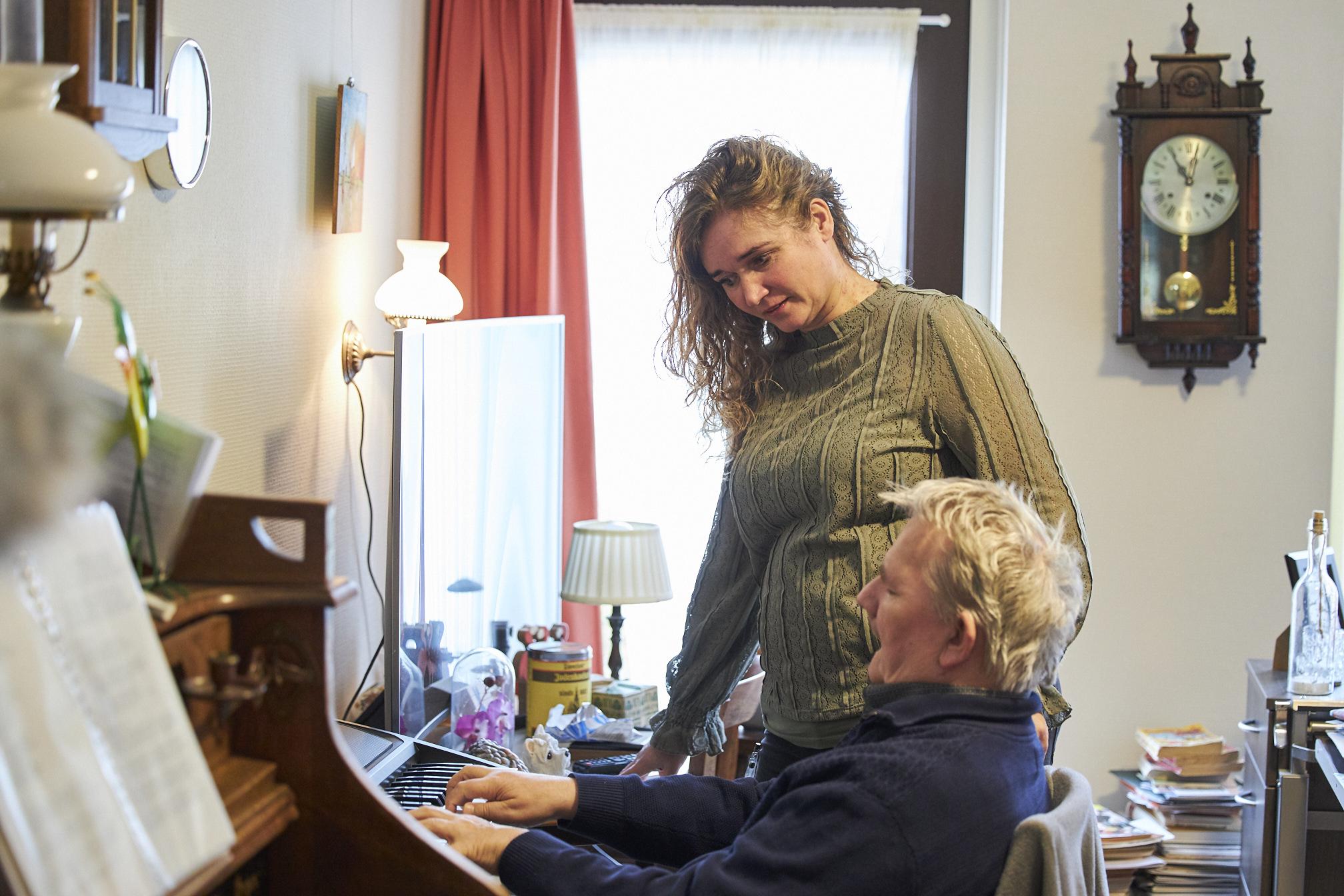 Bewoner Bert speelt op het orgel